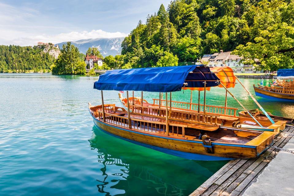 """בסירה אשר מכונה על ידי המקומיים """"פְלֶטנַה"""" (pletna)"""